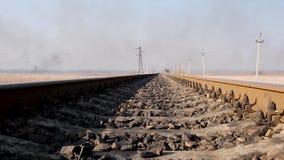 Vista distante delle rotaie del ferro per il treno nella steppa video d archivio