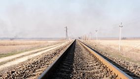 Vista distante delle rotaie del ferro per il treno nella steppa stock footage