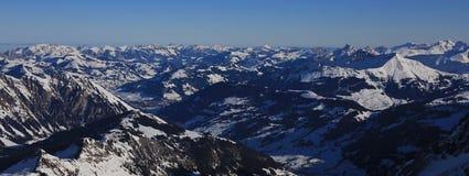 Vista distante di Gstaad e delle montagne innevate Fotografia Stock Libera da Diritti