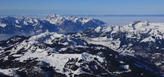 Vista distante di Leysin e delle montagne innevate Fotografia Stock Libera da Diritti