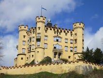 Vista distante do castelo de Hohenschwangau Fotografia de Stock Royalty Free