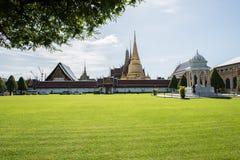 Vista distante do palácio grande Fotografia de Stock Royalty Free