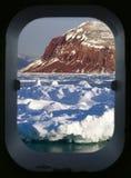 Vista do ártico através de uma vigia dos navios Fotos de Stock Royalty Free
