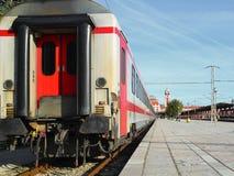 Vista do último carro de trem de passageiros branco à estação de trem durante o dia fotos de stock