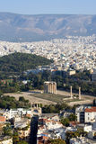 Vista do acropolis em colunas do templo do zeus em Atenas greece Foto de Stock