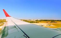 Vista do aeroporto da casa grande do ` s da cidade da janela Imagem de Stock