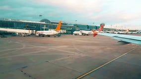 Vista do aeroporto da janela plana cedo na manhã video estoque