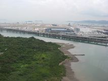 Vista do aeroporto de Hong Kong do cabo aéreo do sibilo de Ngong, Tung Chung, ilha de Lantau, Hong Kong imagem de stock