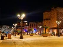 Vista do alghero na noite Uma cidade bonita vibrante Sardinia, Itália fotografia de stock royalty free