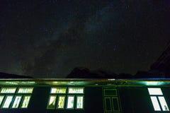Vista do alojamento da montanha no céu estrelado da noite no fundo Foto de Stock Royalty Free