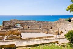 Vista do anfiteatro romano contra o mar em Tarragona, na Espanha fotos de stock