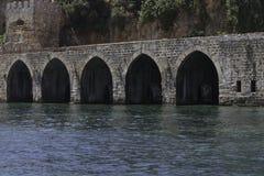 Vista do arco de pedra no mar Fotos de Stock Royalty Free