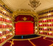 Vista do auditório e a fase do La Scala do teatro em Milão, Itália fotografia de stock