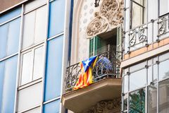 Vista do balcão com a bandeira O referendo na independência, Barcelona, Catalonia, Espanha Close-up imagens de stock royalty free
