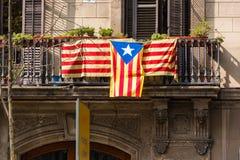 Vista do balcão com uma bandeira Referendo na independência, Barcelona, Catalunya, Espanha Close-up imagens de stock