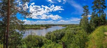 Vista do banco alto do rio Klyazma imagem de stock