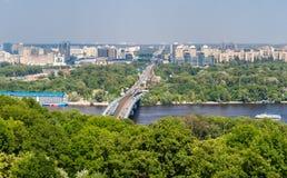 Vista do banco esquerdo de Dnieper em Kiev, Ucrânia Fotografia de Stock Royalty Free