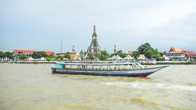 Vista do barco em Chao Praya River a Wat Arun, o Temple of Dawn, Banguecoque, Tailândia foto de stock