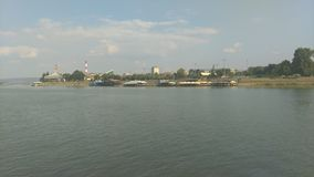 Vista do barco na praia da cidade imagens de stock royalty free