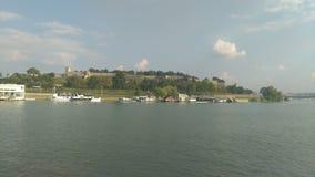 Vista do barco na praia da cidade fotos de stock royalty free
