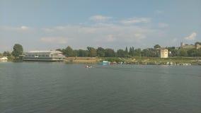 Vista do barco na praia da cidade foto de stock royalty free
