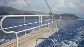 Vista do barco que flutua no mar filme