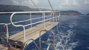 Vista do barco que flutua no mar vídeos de arquivo