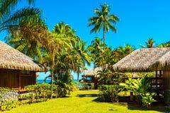 Vista do bungalow na lagoa Huahine, Polinésia francesa foto de stock royalty free