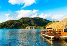 Vista do bungalow na lagoa Huahine, Polinésia francesa fotografia de stock