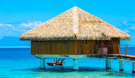 Vista do bungalow na lagoa Huahine, Polinésia francesa fotografia de stock royalty free