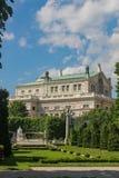 Vista do Burgteater e o monumento a Elizabeth em Viena Áustria imagem de stock