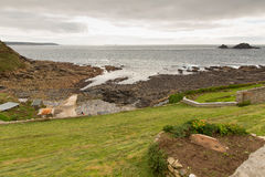 A vista do cabo Cornualha às terras termina Cornualha em um dia nublado Fotografia de Stock