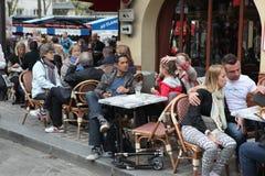 Vista do café típico de Paris o 1º de maio de 2013 em Pari fotografia de stock royalty free