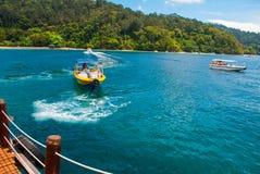 A vista do cais com as ilhas de SAPI em Gaia Sabah, Malásia foto de stock