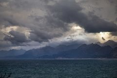 Vista do cais de Antalya, Turquia às montanhas na costa oposta Imagens de Stock