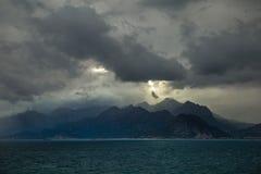 Vista do cais de Antalya, Turquia às montanhas na costa oposta Imagem de Stock
