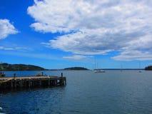 Vista do cais e dos barcos em um porto Fotos de Stock