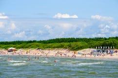Vista do cais na praia da areia em Palanga, Lituânia Fotos de Stock Royalty Free