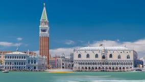 Vista do Campanile di San Marco e Palazzo Ducale, do hyperlapse do timelapse de San Giorgio Maggiore, Veneza, Itália video estoque