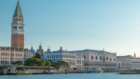 Vista do Campanile di San Marco e Palazzo Ducale, do hyperlapse do timelapse de Santa Maria della Salute da basílica video estoque