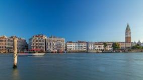 Vista do Campanile di San Marco e Palazzo Giustinian, do timelapse de San Giorgio Maggiore, Veneza, Itália video estoque