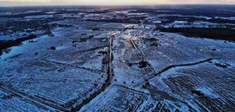 Vista do campo durante o crepúsculo fotografia de stock