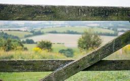 Vista do campo inglês através de uma porta velha da exploração agrícola Imagem de Stock Royalty Free