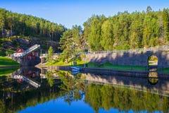 Vista do canal com fechamentos velhos - atração turística de Telemark em Skien, Noruega imagem de stock