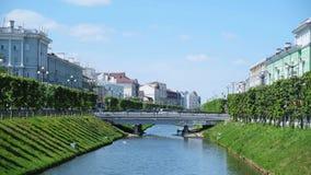 Vista do canal com rio de Bulak e da ponte no centro de Kazan no estreptococo de Pravobulachnaya e no estreptococo de Levobulachn video estoque