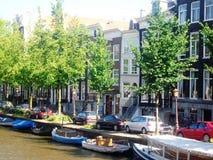 Vista do canal em Amsterdão, Holanda, os Países Baixos Fotografia de Stock Royalty Free