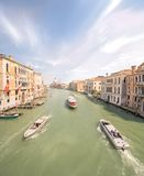 Vista do canal grande com vaporetto e barcos Fotografia de Stock