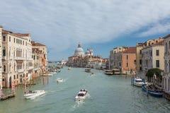 Vista do canal grande famoso com di Santa Maria della Salute da basílica em Veneza, Itália fotos de stock