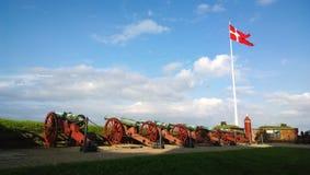 Vista do canhão no castelo Kronborg em Elsinore os subúrbios de Copenhaga foto de stock