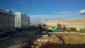 Vista do canteiro de obras com centros de negócios nos lados e da torre da televisão de Ostankino na distância filme